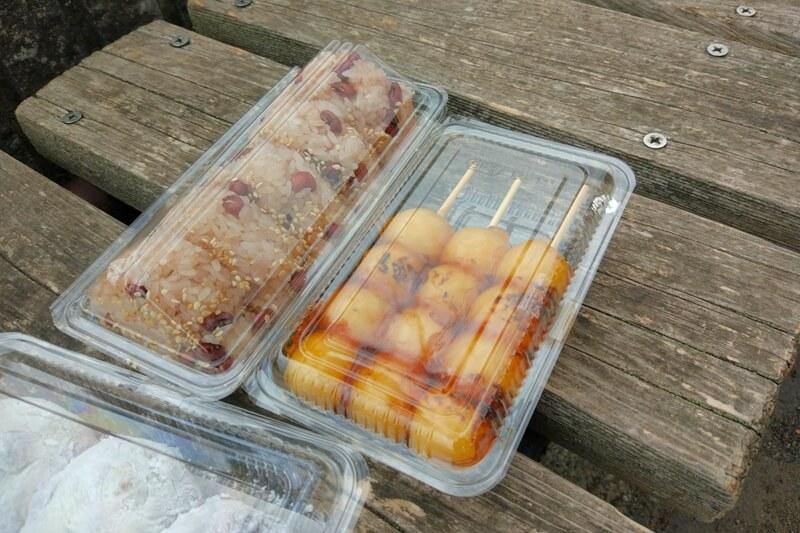 栃木市にある伊勢屋のみたらし団子と赤飯のおにぎり