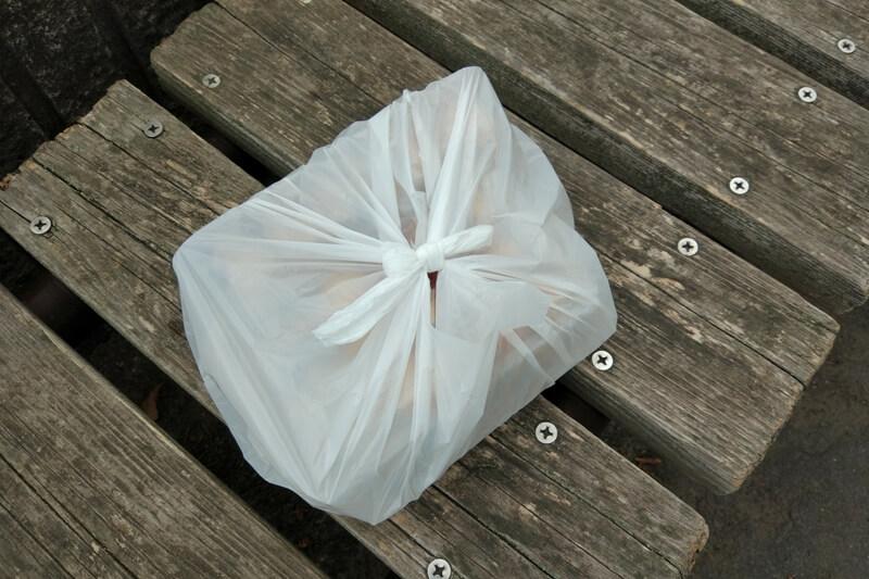 お土産の豆大福をビニール袋でギュッと縛る