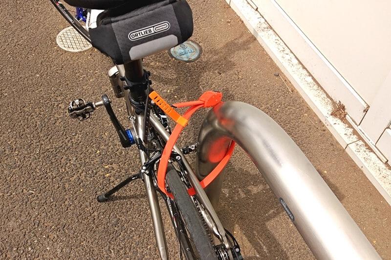 ポールに自転車を地球ロック