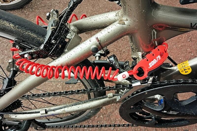 自転車をワイヤーロックで施錠
