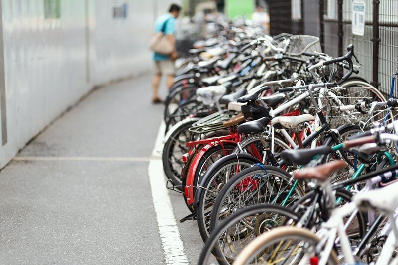 駐輪場に並んでいる自転車