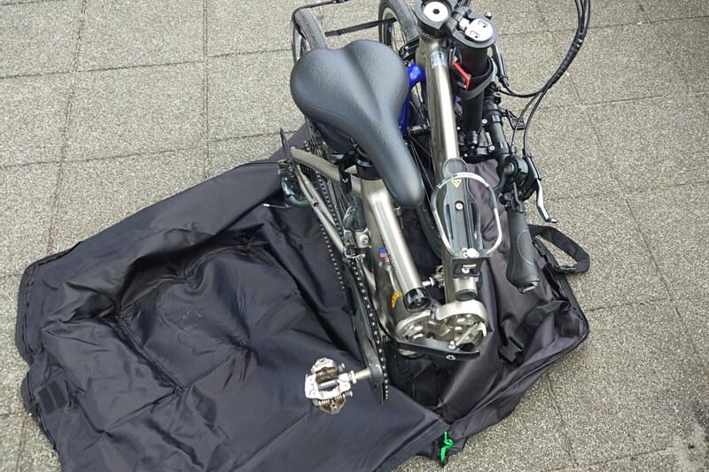 広げた輪行バッグに自転車置く