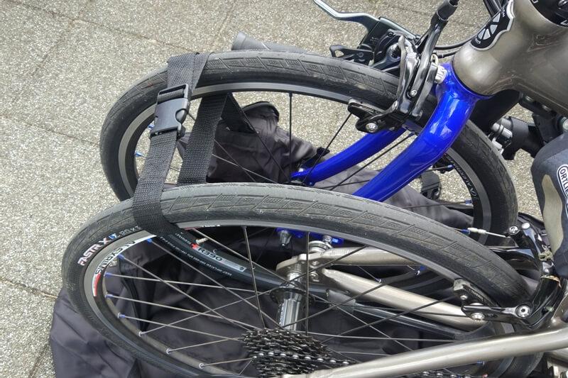 DAHON Visc EVOのホイールを輪行バッグのショルダーベルトをで固定する