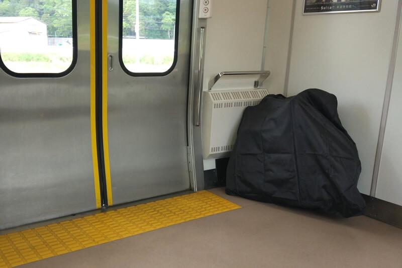 電車の最後尾に輪行バッグを置く