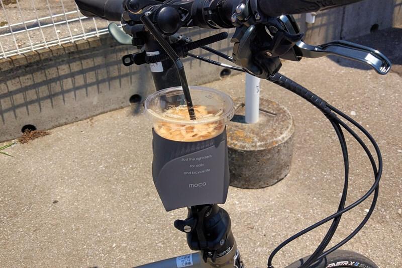 moca カップホルダーを折りたたみ自転車のハンドルポストに設置