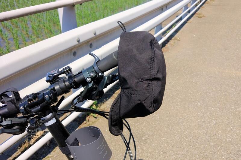 ナコタ トレイル ワークキャップを自転車のハンドルに引っ掛けている