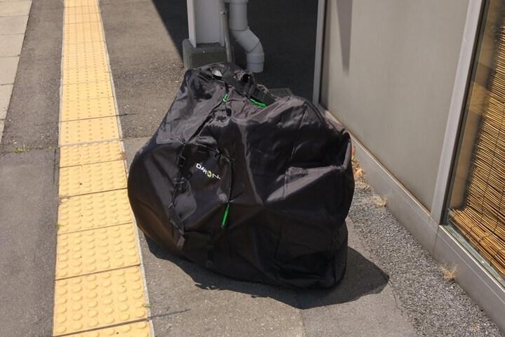 輪行バッグをホームまで運ぶ