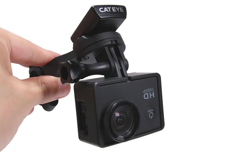 キャットアイ OF-200にサイコンとアクションカメラを取り付けた状態
