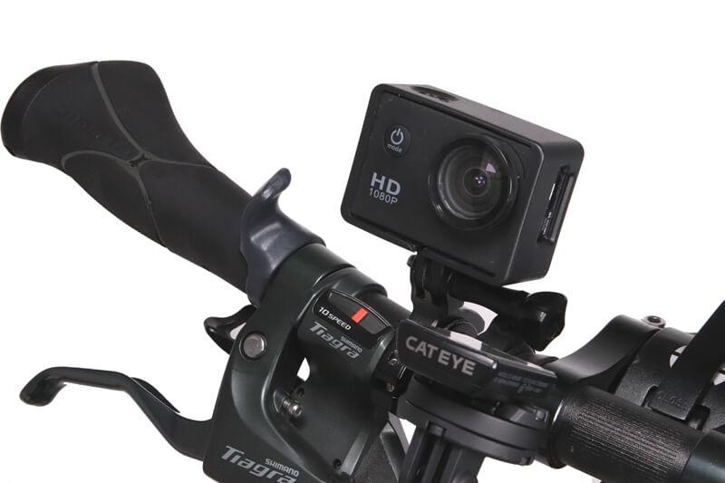 ハンドル上にアクションカメラを取り付けた状態