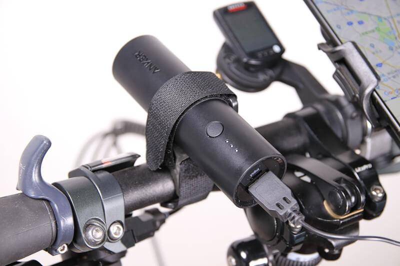 Ankerのモバイルバッテリー5000mAhを自転車のハンドルに固定