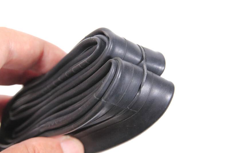 インナーチューブを輪ゴムで止める