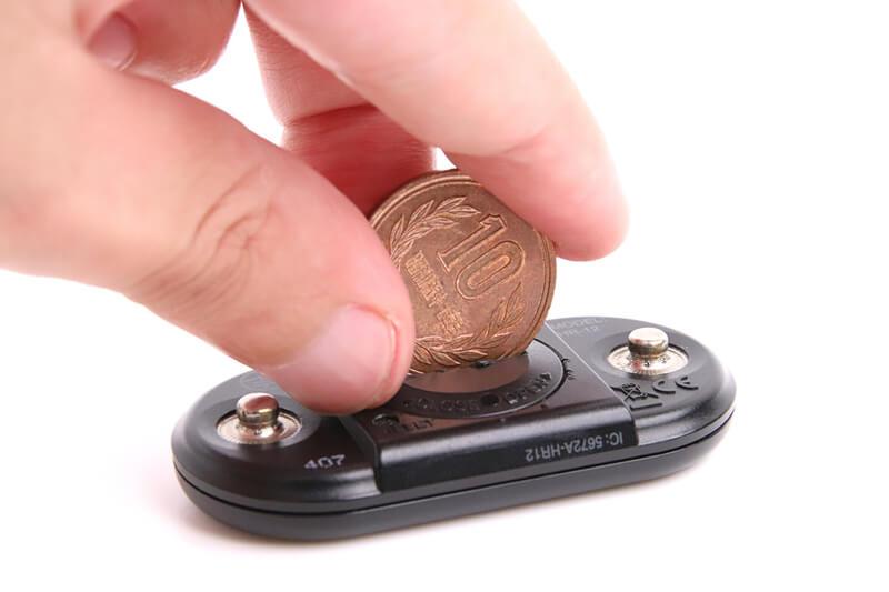 コイン電池の蓋を硬貨であける