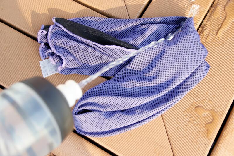 乾いたクールタオルに水を掛ける