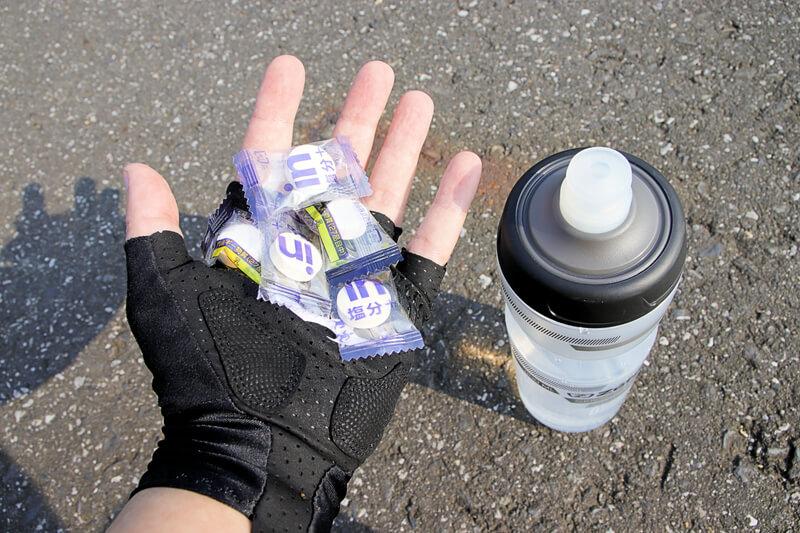 塩タブレットと水の入った自転車ボトル