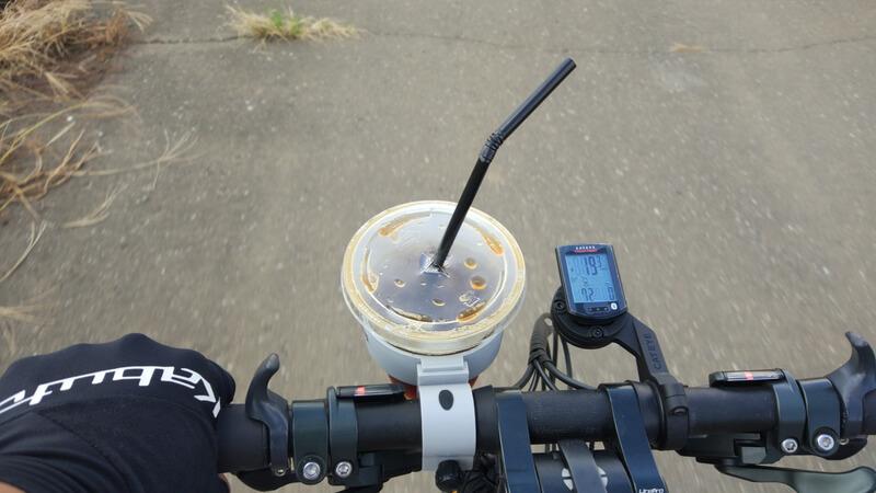 自転車でコーヒーカップを持ち運ぶ