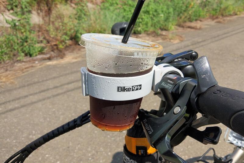 バイクガイのカップホルダーにセブンイレブンのアイスコーヒーを入れる