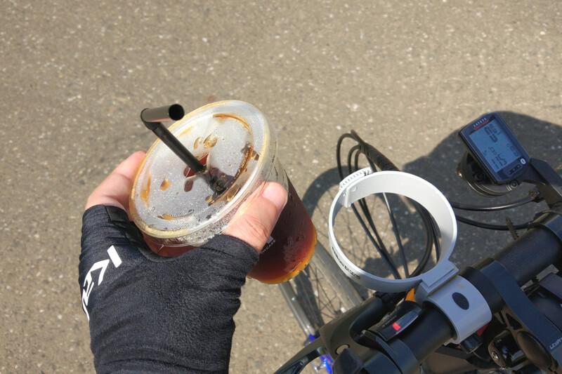 バイクガイのカップホルダーにアイスコーヒーをセット