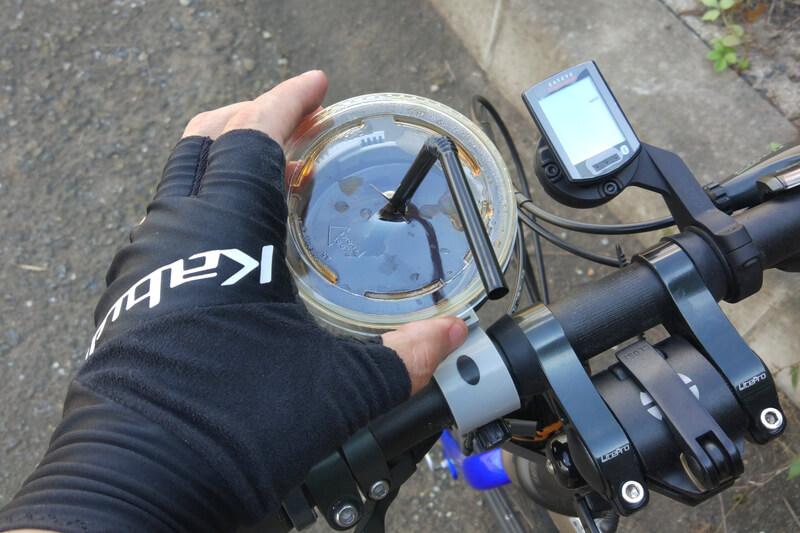 自転車でコーヒーを持ち運ぶ