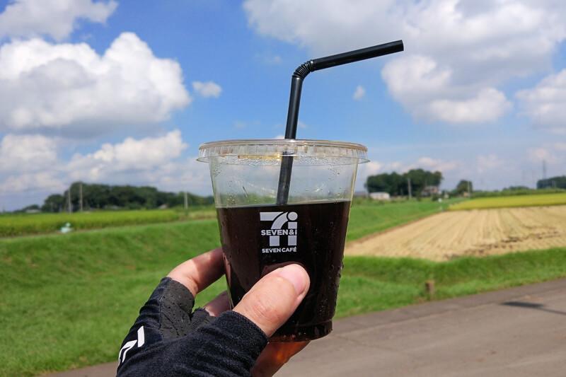 セブンカフェのアイスコーヒーを持ってサイクリング