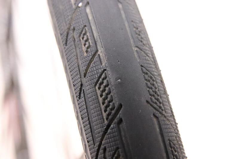 自転車のタイヤに刺さった2つの小石