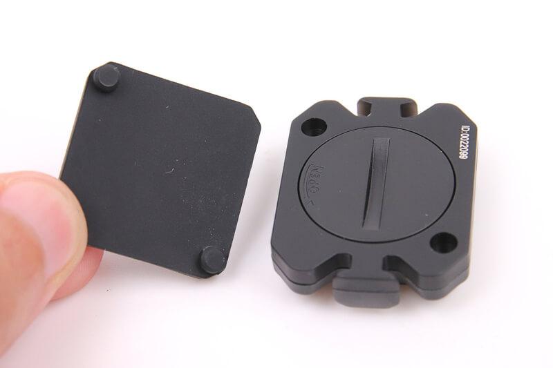 XOSS スピード&ケイデンスセンサーにパッドを取り付ける