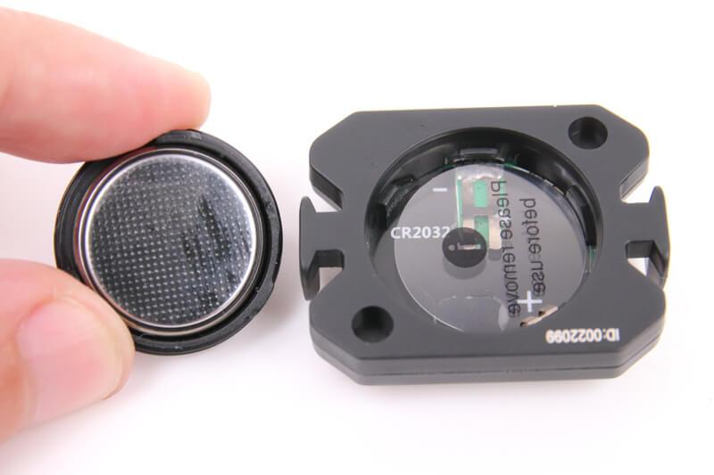 XOSS スピード&ケイデンスセンサーの電池に絶縁シートがある