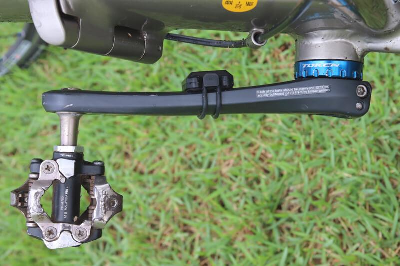 XOSS スピード&ケイデンスセンサーをクランクに取り付ける