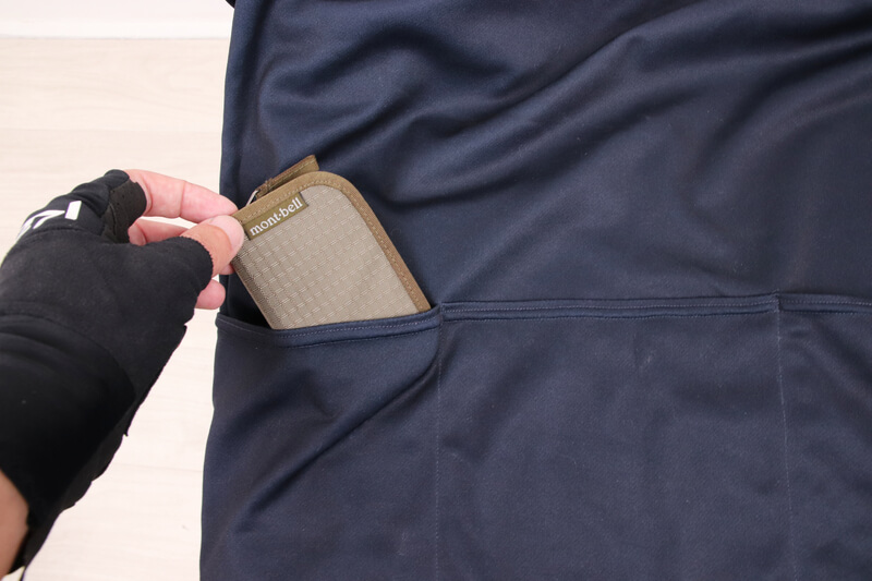 サイクルジャージのポケットにモンベルミニ ジップワレットを入れる