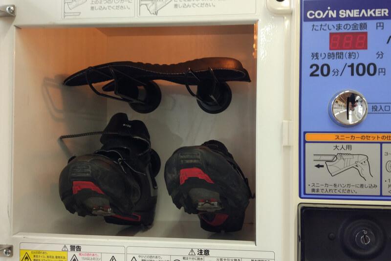 コインランドリーのシューズ乾燥機でサイクルシューズを乾かす