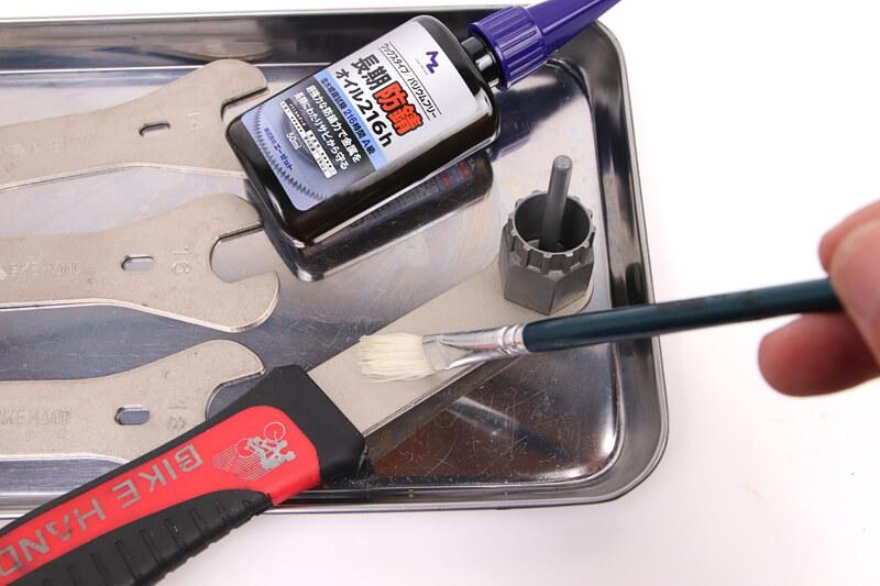 エーゼットの錆止めを工具に塗る