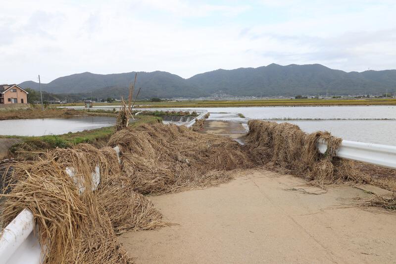 2019年10月14日 台風19号 栃木市大平町 ワラでふさがった道