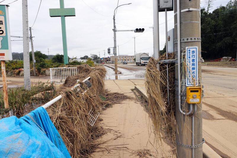 2019年10月14日 台風19号 栃木市大平町 信号機に挟まったワラ
