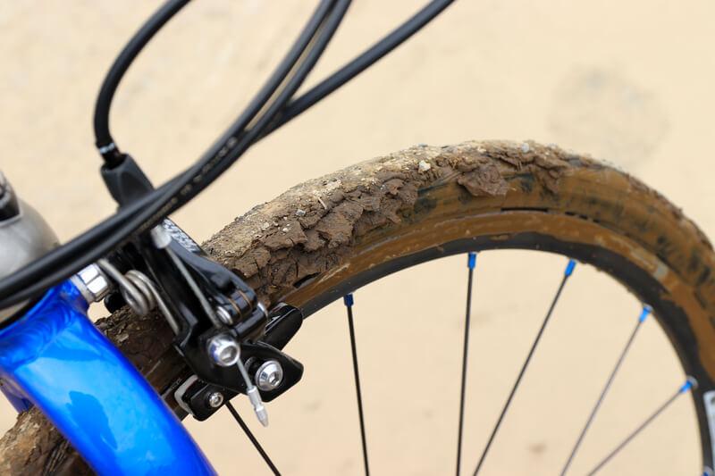 泥だらけになった自転車のタイヤ