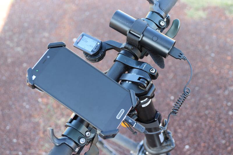 筒型モバイルバッテリーは自転車のハンドルに固定すると便利