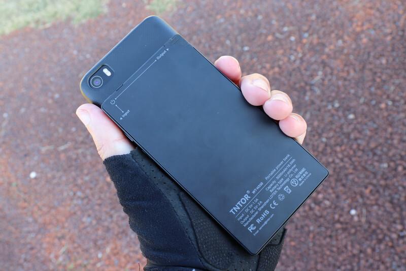 超薄モバイルバッテリーとスマホの比較