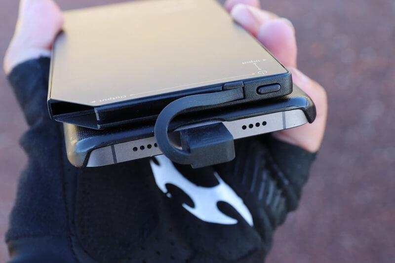超薄モバイルバッテリーとスマホを接続する