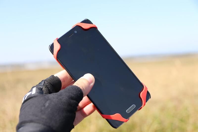 超薄モバイルバッテリーとスマホをシリコンゴムバンドで固定