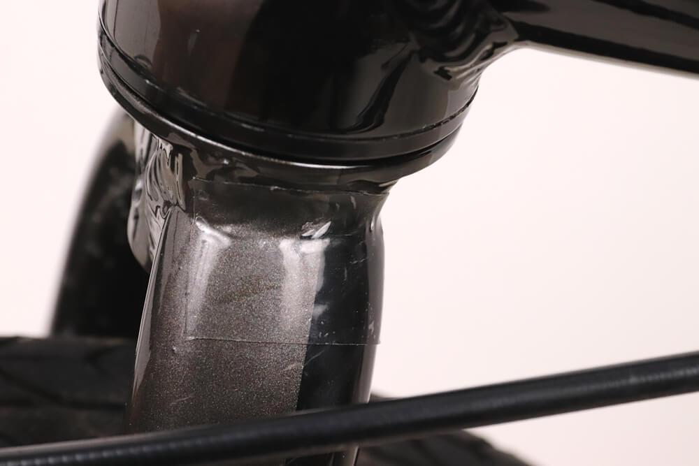 自転車のフレームに保護テープを貼る