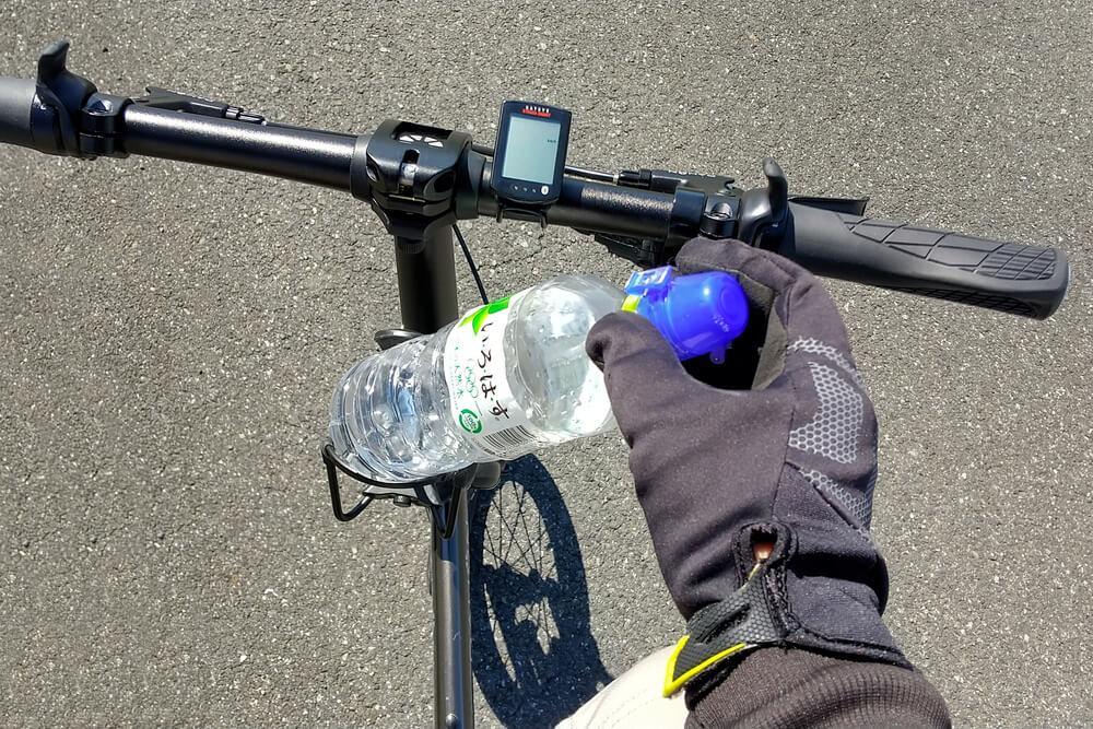 ハンドルポストのボトルケージは取りやすい