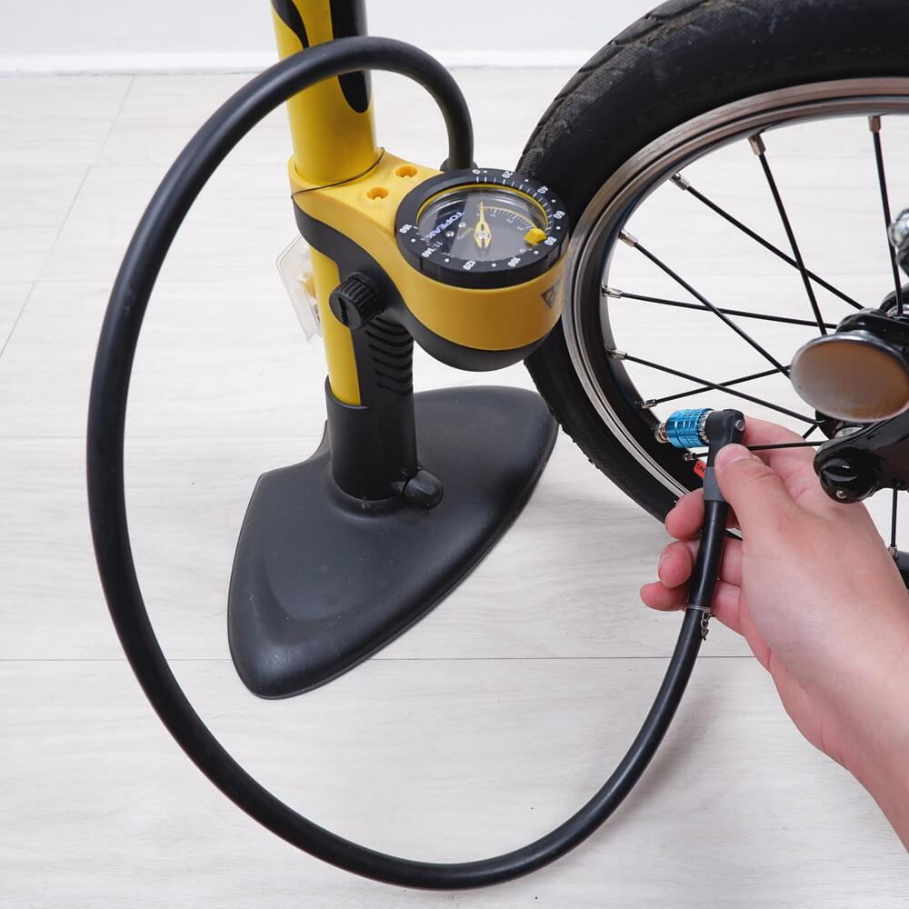 家を出る直前に自転車に空気を入れる