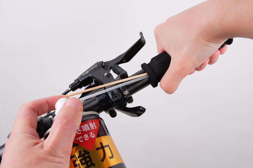自転車グリップの内側にパーツクリーナーを噴き付ける