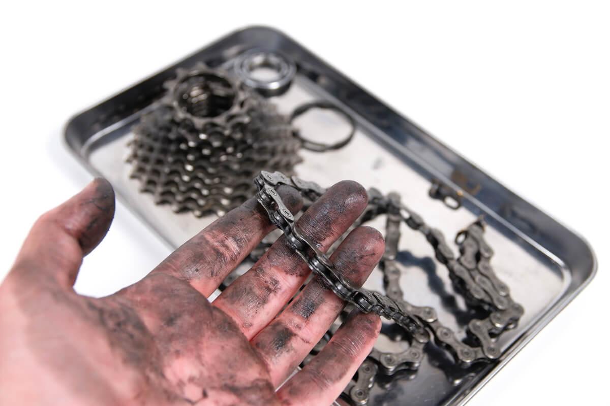 チェーン掃除で真っ黒に汚れた手