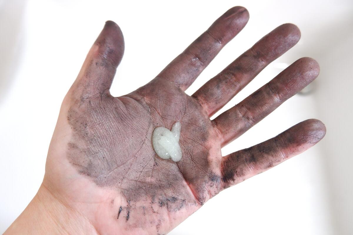 真っ黒に汚れた手にKURE ニューシトラスクリーンを垂らす