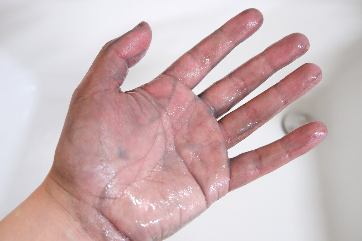 KURE シトラスクリーンで手の汚れを落とす
