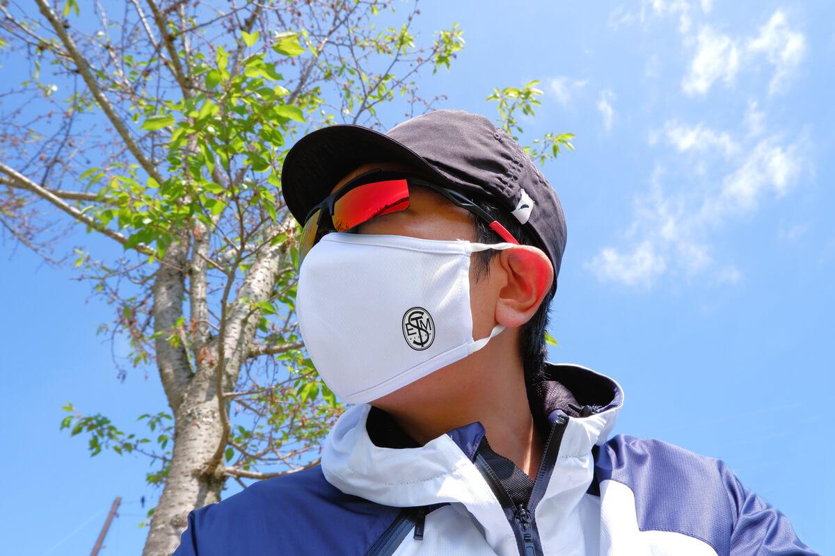 ステムデザインのマスクを着用