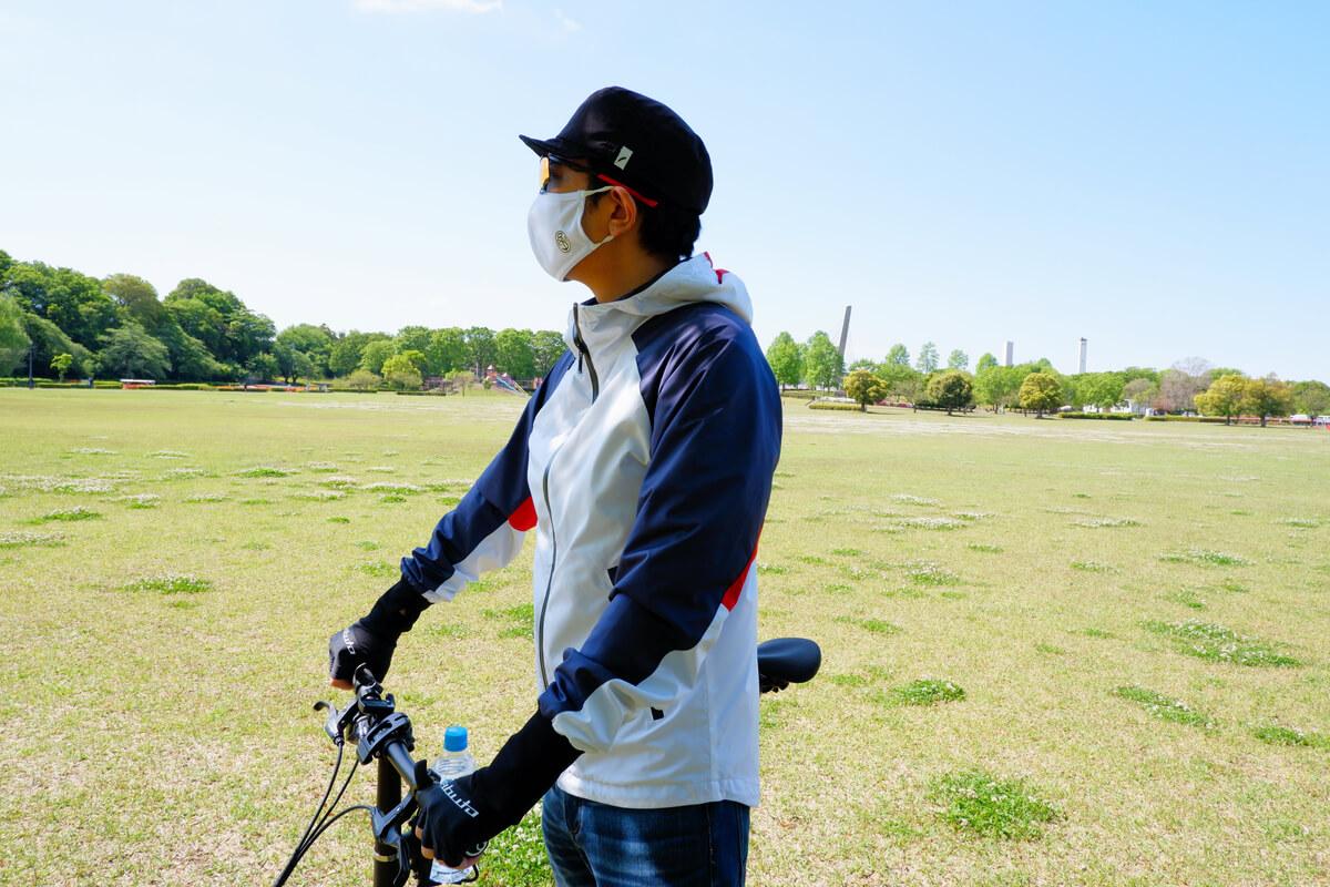 マスクを着用してサイクリング、横向き