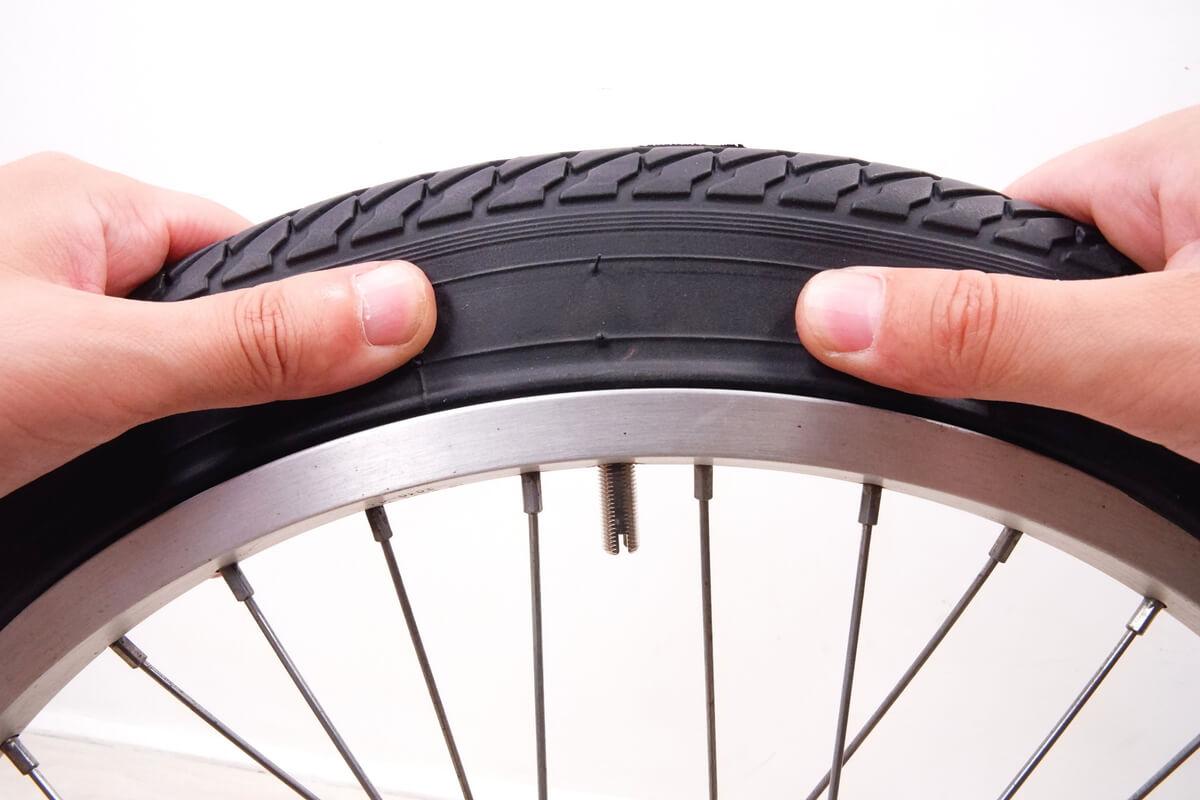 最初にバルブからタイヤを嵌める