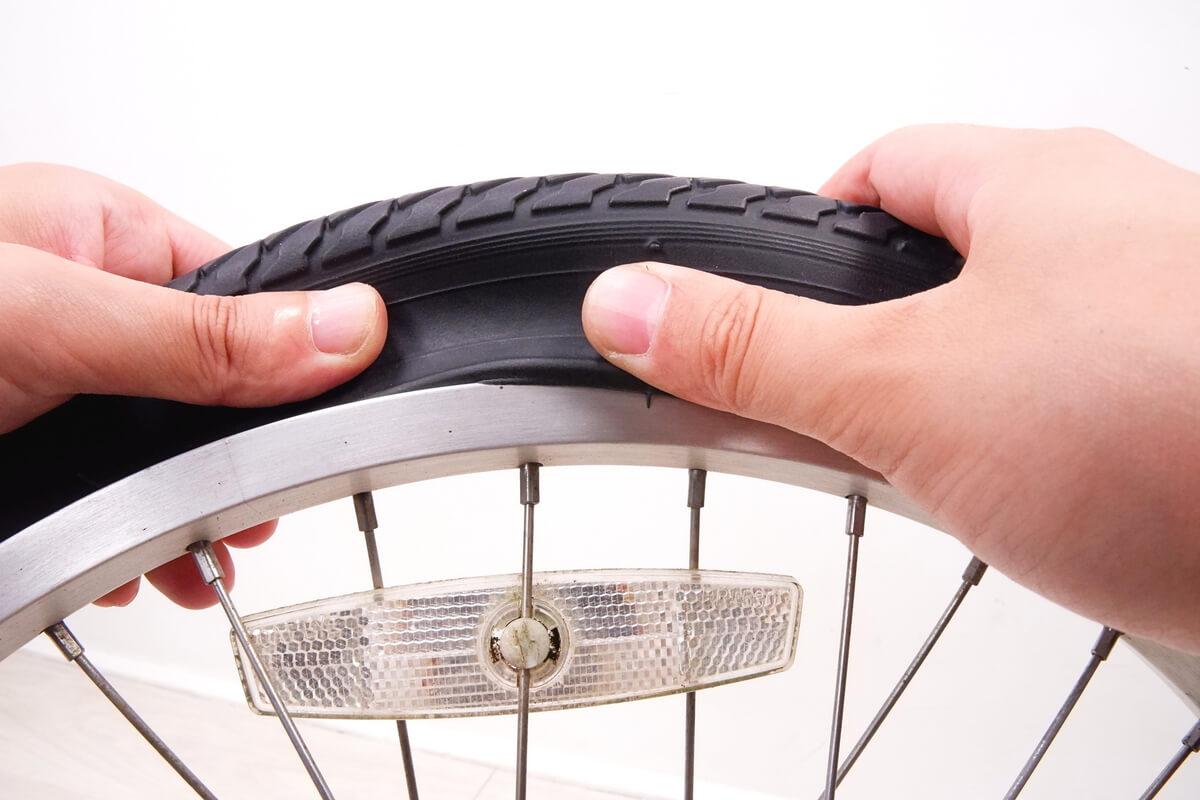 自転車タイヤを素手でホイールにはめる