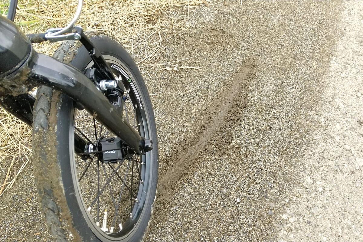 砂だまりで自転車がスリップ
