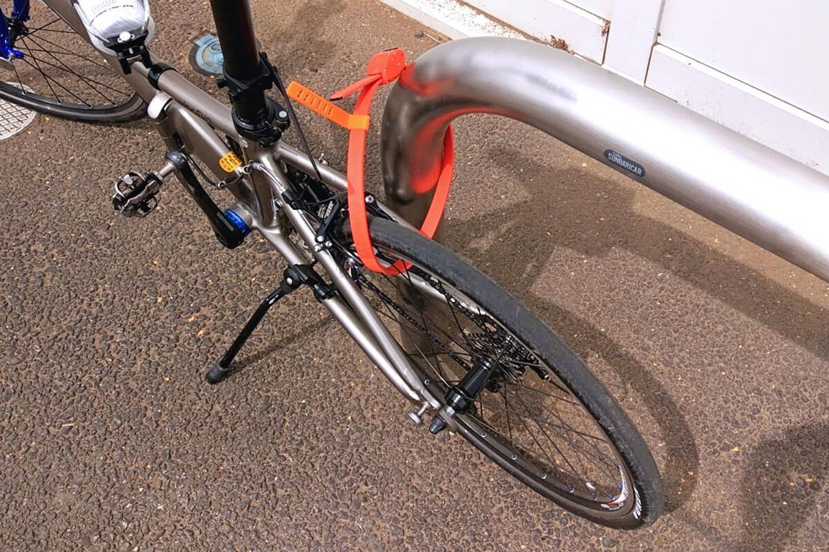 コンビニの車止めに自転車を地球ロックする